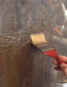Verniciatura di un dipinto a pennello